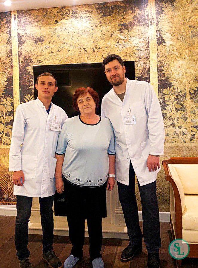 Пациентка после операции с врачами Шаблодин А.Н. и Барченко Б.Ю.